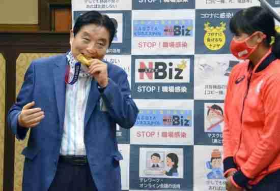 japan mayor bite gold medal apology